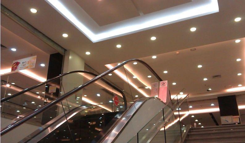 Đèn led âm trần chiếu điểm thượng được sử dụng trong các trung tâm thương mại